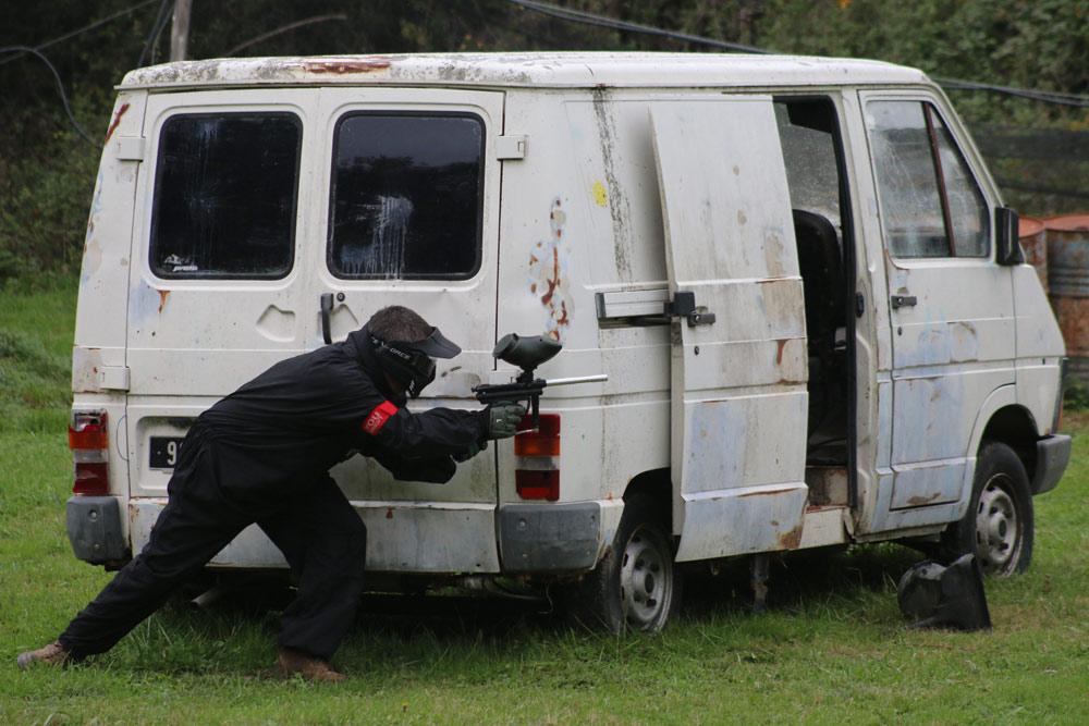 un vehicule sur le terrain paintball beaucroissant